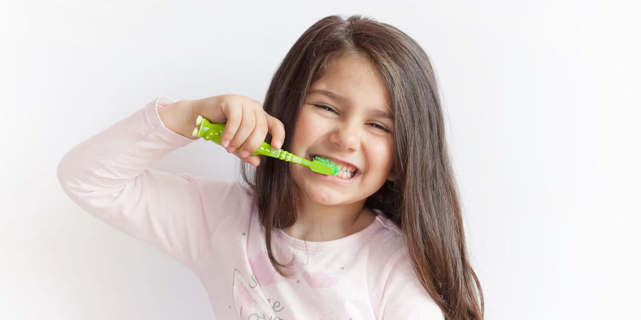 Niña cepillando los dientes